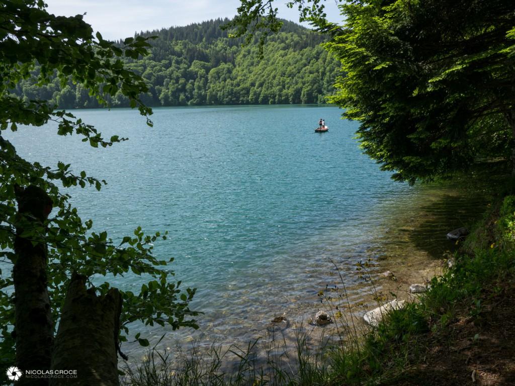 Une barque sur le lac Pavin